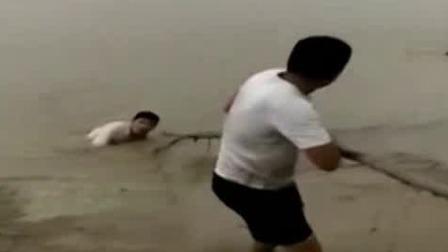 仨孩子黄河溺水 小伙用木棍全部拖上岸 每日新闻报 20190830 高清版