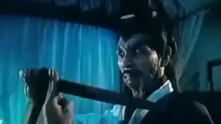 傻徒弟偷僵尸王口中宝贝给众僵尸围攻,幸好林正英出马将僵尸王消灭