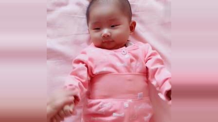 每天兩分鐘排氣操,可以緩解脹氣,促進寶寶的骨骼發育!