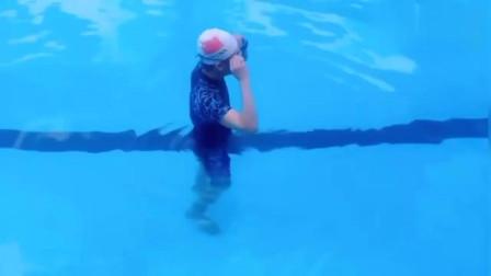 教练演示蛙泳的慢动作,姿势相当的完美,一看就懂