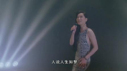 叶童在台上边唱边跳,那身段真是无可挑剔