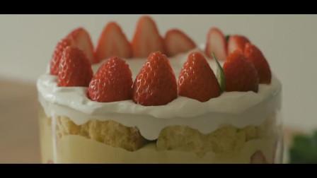 《韩国农村美食》鲜香的草莓和面包放一块,放入各种奶油,创意草莓杯就做成了