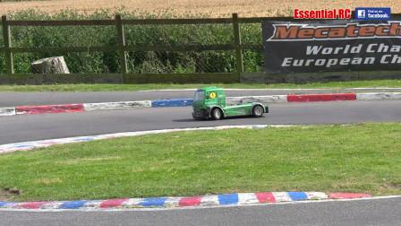 汽油发动机驱动的RC卡车比赛