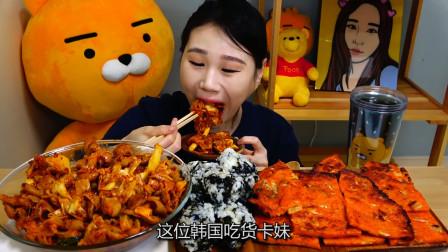 韩国吃货卡妹:芝士炒肥肠+泡菜饼,吃的满嘴辣椒油,真替你胃疼