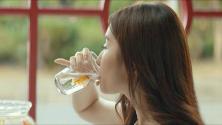 二代妖精:刘亦菲也太拼了,居然直接喝鱼缸里的水,不嫌臭吗?