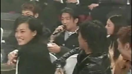 谢霆锋坐陈冠希和张柏芝中间唱歌,王菲不停回头看!表情很有深意