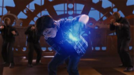 小男孩有一双特工手套,能释放无限能量,一拳就打到一群坏人