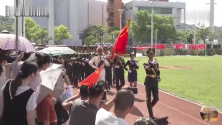 实拍解放军三军仪仗队踏着正步走过香港市民身旁,画面让人极度舒适
