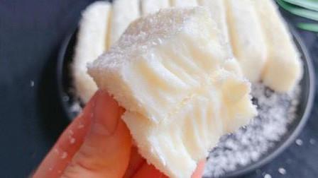 牛奶加玉米淀粉,制作出奶白香浓的椰蓉奶糕,口感嫩滑甘甜老少皆宜