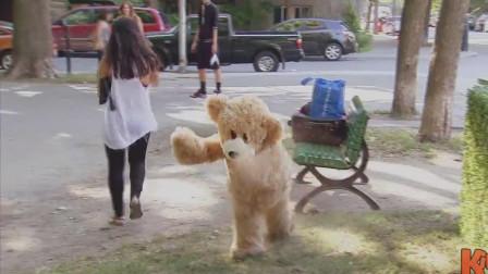 熊孩子的恶作剧,公园里跑掉的玩具熊,画风太有喜感了