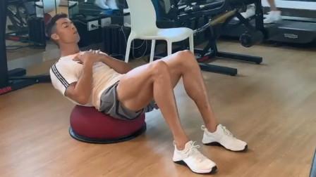 【猴姆独家】帅哟!#C罗#健身房锻炼腰腹!!好身材当然是要练出来!!