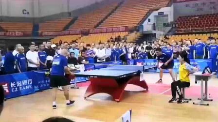 乒乓球比赛!这个运动员庆祝赢球的方式真特别!