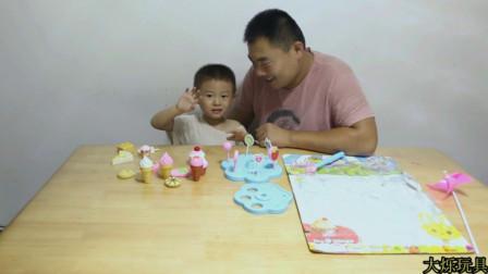 大烁和爸爸一起拆封试玩美味棒棒糖和蛋糕点心冰激凌玩具