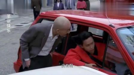 小伙装可怜抢了光头佬的车位,还敢走出这样的步伐,有点飘啊