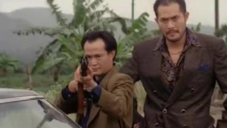 林正英不拿桃木剑了,拿起狙击枪打枪的姿势太帅气了,英叔的功夫也不弱