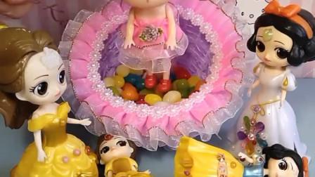 花仙子带着她的糖果浴去帮助需要帮助的人,白雪和贝尔都想让她救自己的孩子,花仙子该救谁呢?