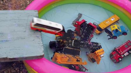 03儿童汽车滑梯游戏儿童汽车滑入水中儿童快乐玩具挖掘机挖土机工作视频