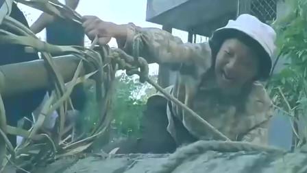 笨小孩 痴傻谭耀文惨遭整蛊困竹笼悬挂半坡 关秀媚好心来相救 !