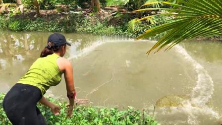 农村妹子和大哥一起出来捕鱼,每人撒一网,看看谁收获最多?