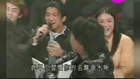 谢霆锋坐陈冠希和张柏芝中间唱歌,王菲不停回头看!这什么表情