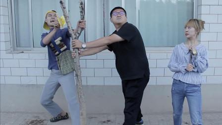 小伙自制巨型弹弓,没想还有特制炮弹能打100米远,兄妹俩抢着玩