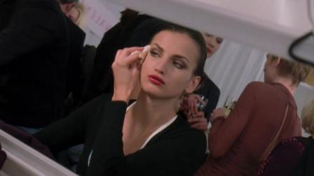 穿普拉达的女王:第一次见到大型时装秀的海瑟薇,一点都不输超模