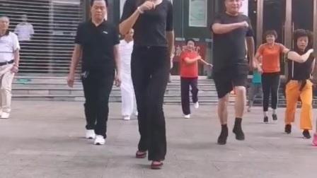 贵州纳雍盛世国际门口公园每天早上七点半培训曳步舞零基础开始不收取任何费用喜欢的朋友欢迎加入《香家军曳步舞舞团》