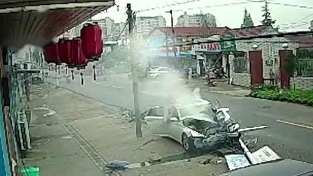 轿车撞倒电线杆 肇事司机涉嫌醉驾 每日新闻报 20190902 高清版