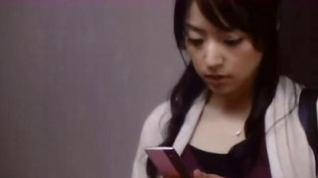 女孩发现手机上的搜索引擎,输入对方名字,即可查看对方全部隐私