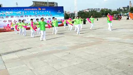 """视频录制 萱子;三角公园队健身队在""""中国人寿杯""""广场舞大赛表演的'东北二人转'"""