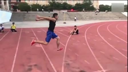 这名体育生立定三级跳10米15,绝对的满分,太牛了