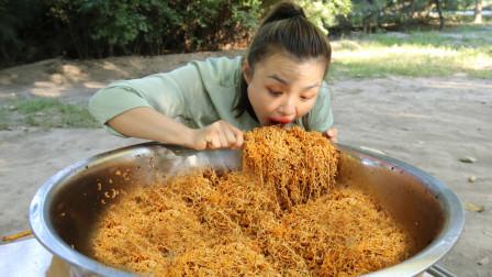 挑战吃50米长巨辣面条,美女吃了一星期,吃到老板给钱求她走