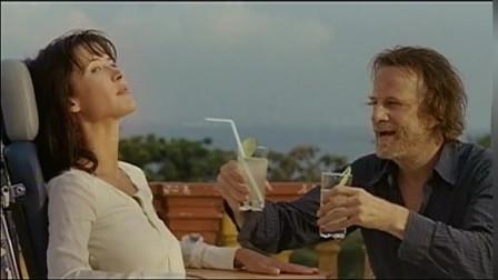 枕边的男人:我要给你一个惊喜,雷奥把女人推上天台看蓝天白云,闻香水