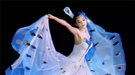 杨丽萍每年花18万做指甲,看到她的脚时,明白小彩旗为什么放弃