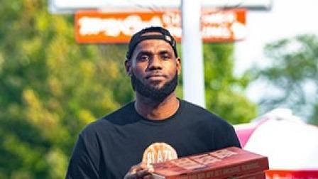 詹皇驾到 外卖小哥上线!詹姆斯社媒宣传自己送披萨的照片