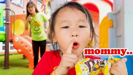 小女孩悄悄地偷吃巧克力豆,被老妈给发现了!
