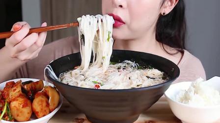 韩国美女吃货,吃粉丝、泡萝卜、米饭,看她吃东西太享受了