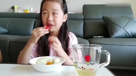 小妹妹早餐吃的真高兴,面包片配水果,大口吃的真过瘾