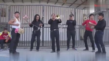 民间实力派唢呐乐队表演场面吹打的很激烈完全忘记自我了
