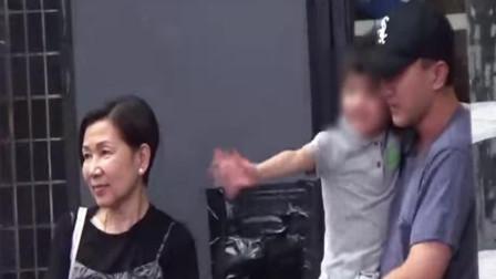 刘恺威携妈妈接女儿回家 5岁小糯米紧搂爸爸活泼打招呼