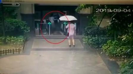 啤酒瓶从天降路过孕妇险被砸 所幸雨伞挡了一下