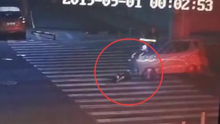 高三男生疑似醉酒 凌晨倒在路中被汽车碾压