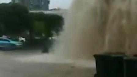 江苏高邮城区一管道爆裂 喷出水柱高达数米