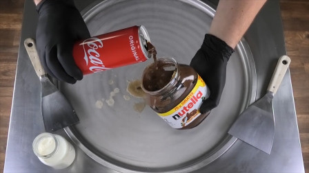可乐跟坚果酱混合会是啥味儿?牛人把它们做成炒冰淇淋,厉害了