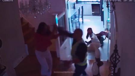 监拍英国一男子伪装快递员入室 疯狂殴打三名华裔女子