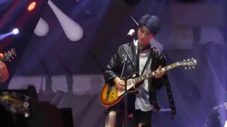王俊凯现场《爱什么稀罕》,吉他弹唱摇滚风!