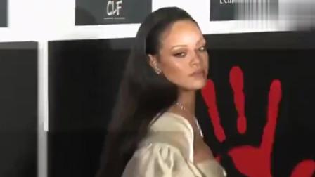 欧美天后蕾哈娜在芬迪店采用丰满的人体模型,网友:点赞!