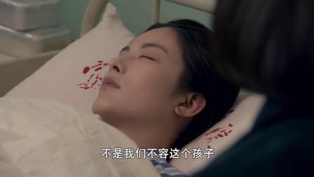 女子躺在病床上,大妈坐在边上,看着她说话