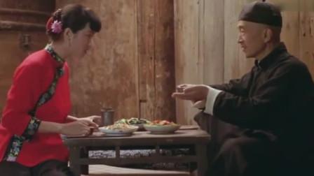 菊豆:丈夫瘫痪,妻子却当着丈夫的面嫁了人
