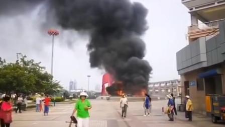 秦皇岛一酒吧火灾浓烟滚滚 多辆消防车赶到现场救援